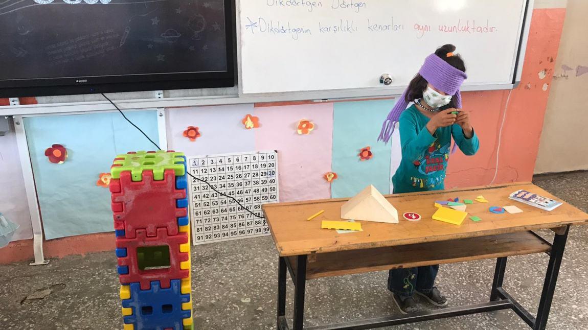 1-A Sınıfı Öğrencileri 'Geometrik Şekilleri Tahmin Et' Oyunu Oynadılar